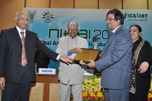 IARI Director Dr HS Gupta with Dr Archna Suman, receives the Best Agribusiness Incubator for 2012 award from Dr Kalam