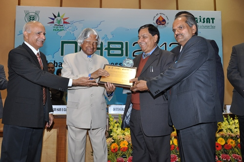 IVRI Director Dr MC Sharma with Dr Puneet Kumar, receives the Best Agribusiness Incubator 2012 Award from Dr Kalam